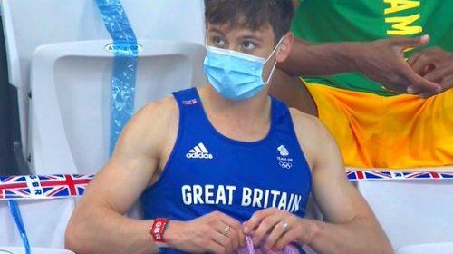¿Por qué el campeón británico Daley teje en las tribunas?